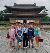 Das deutsche Team beim Besuch von Sehenswürdigkeiten in Seoul (im Hintergrund: Changdeokgung Palace).