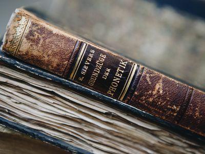 Zwei seltene und alte Bücher.