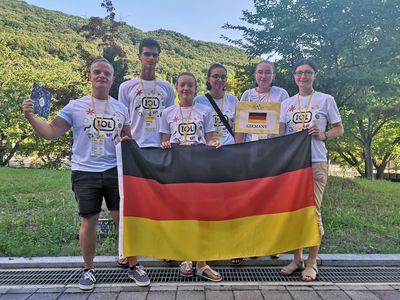 Gruppenfoto mit Deutschlandfahne.